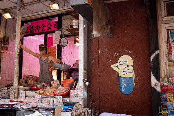 Errores comunes en fotografía y cómo corregirlos: : Tienda, barrio chino. Observe el borde derecho.