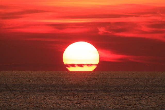 Tomar el sol lo convierte en el tema dramático de este retrato, destacándolo y destacando el cielo y el énfasis en el océano.