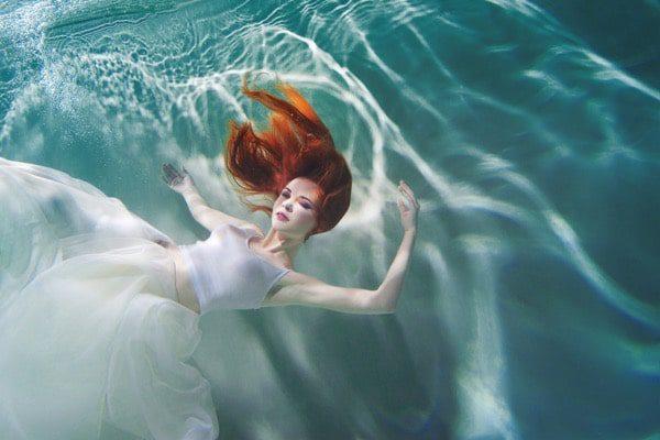 Vestido subacuático de niña blanca
