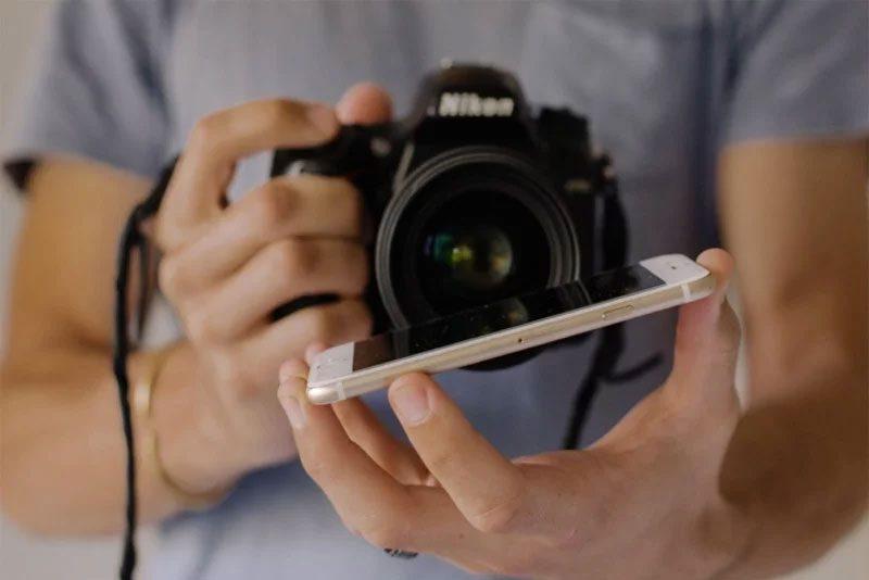 Usa una pantalla de teléfono para retratos mágicos de bodas