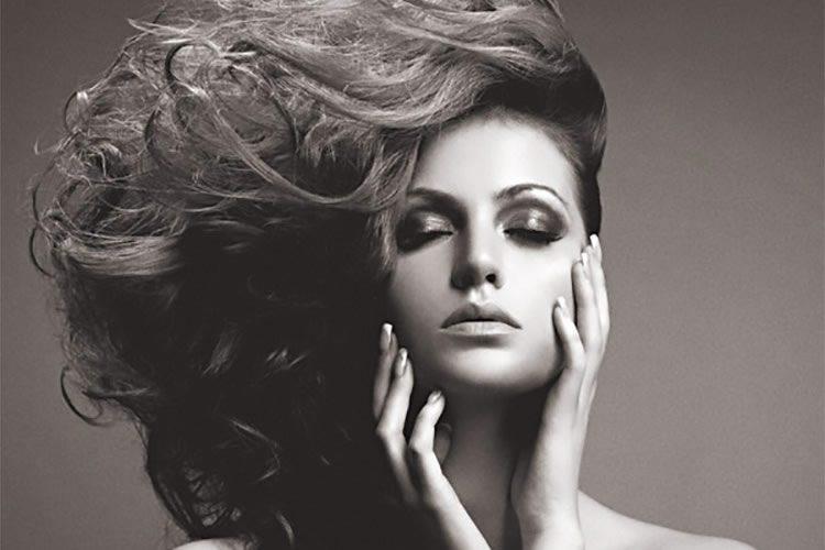 Cómo crear un efecto fotográfico granateo de alta moda en blanco y negro