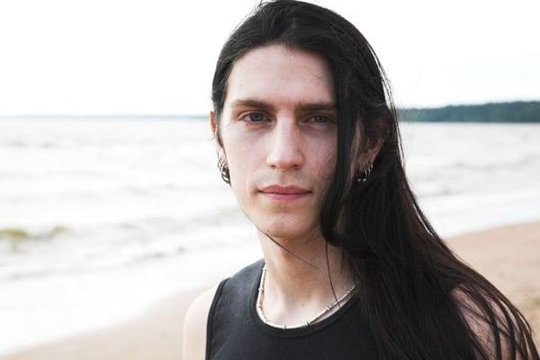 Hombre playa sonriendo
