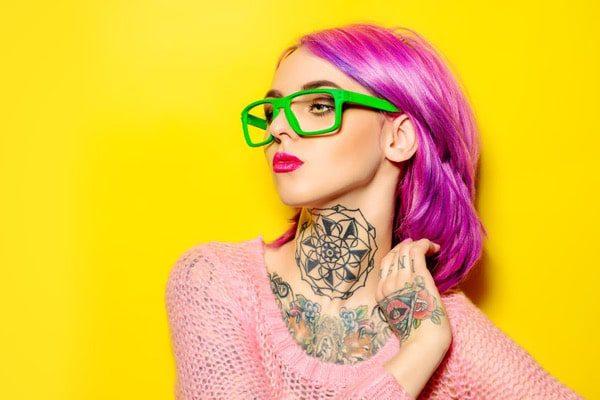 Fondo de mujer joven brillante pelo amarillo