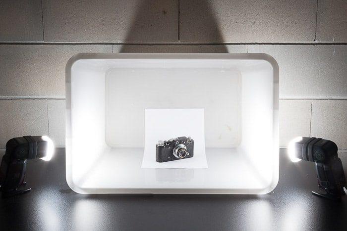 Una configuración de sesión de fotos diy que contiene una cámara en un difusor de flash