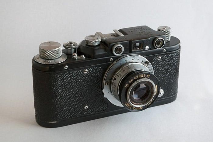 Un primer plano de una cámara de cine sobre fondo blanco: cómo hacer una fotografía con una caja de luz