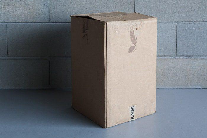 Una caja de cartón al lado de un muro de piedra - haz tu propia fotografía diy lightbox