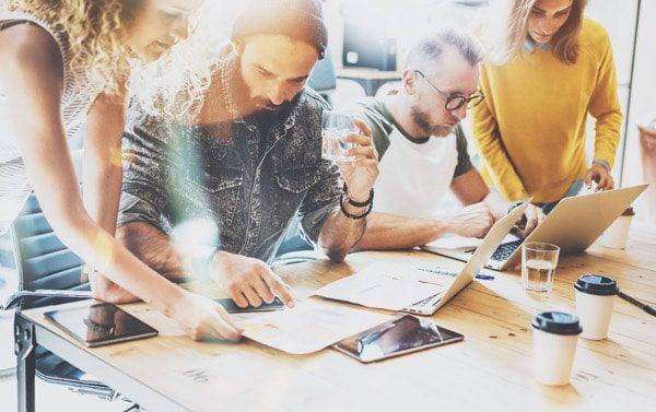 Lluvia de ideas de trabajo en equipo de diversidad inicial