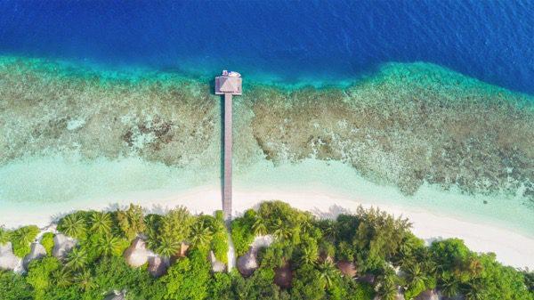 Vista aérea de la playa tropical de Maldivas