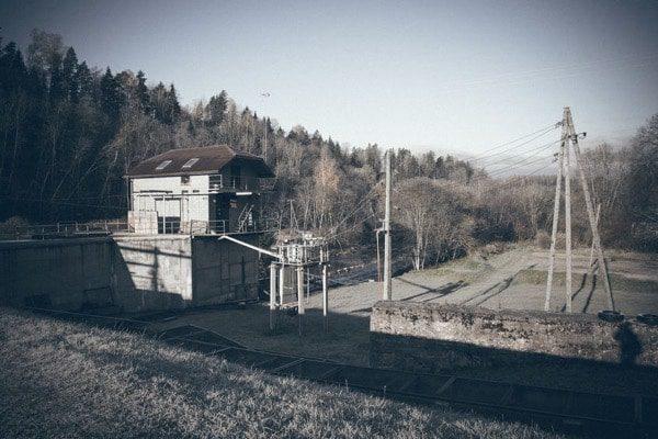 Fotografía vintage de casa y lago de invierno