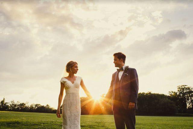 La hora dorada en fotografía: Coloque el sujeto para ocultar parcialmente el sol directamente detrás de ellos, lo que crea el destello en esta foto.