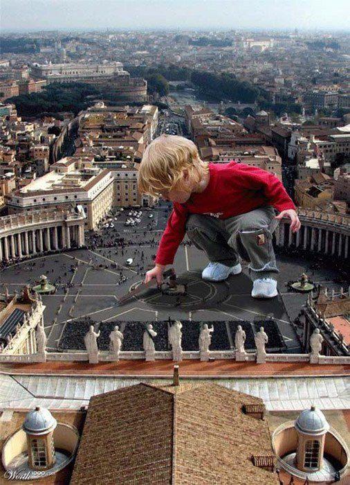 Una foto editada de un niño yuxtapuesta en una foto de una ciudad.  Ejemplos de yuxtaposición en fotografía.