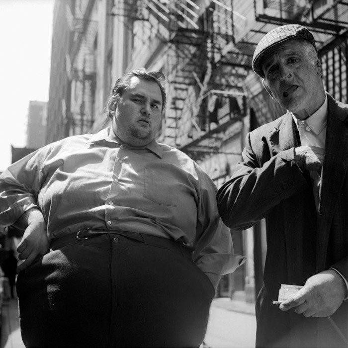 Vivian Maier Fotografía callejera en blanco y negro de dos hombres, uno gordo y otro delgado como ejemplos de yuxtaposición.