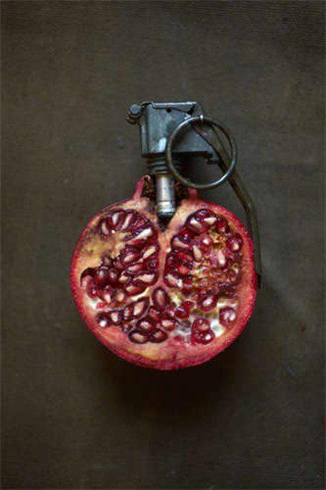 Fotografía de yuxtaposición de bodegones de Giuseppe Colarusso de una granada con alfiler de granada.  Fotografía de yuxtaposición de ejemplos.
