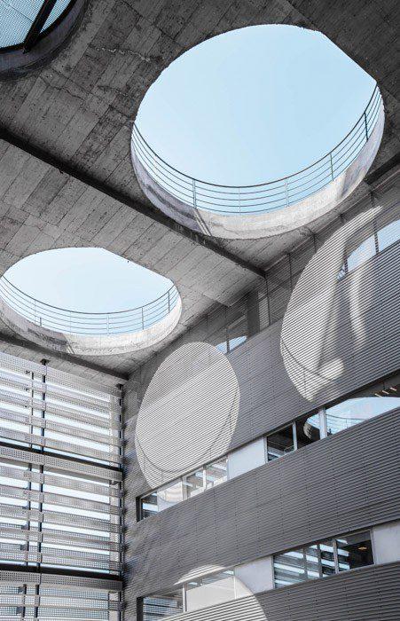 Fotografía de arquitectura donde los agujeros en el techo proyectan sombras circulares - ejemplos de yuxtaposición en fotografía