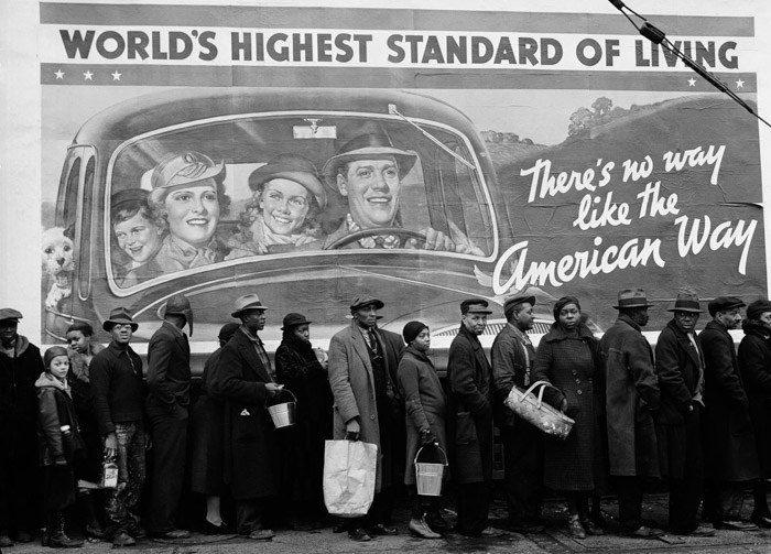 """Foto en blanco y negro de muchas personas haciendo cola para comer en el primer plano yuxtapuestas con una valla publicitaria que indica """"el nivel de vida más alto del mundo"""".  ejemplos de yuxtaposición"""