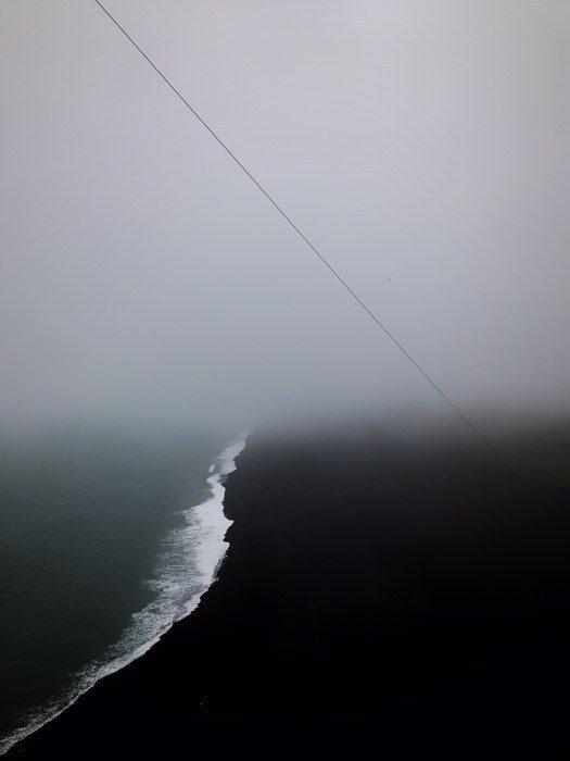Imagen oscura atmosférica de la costa yuxtapuesta por un cielo cubierto