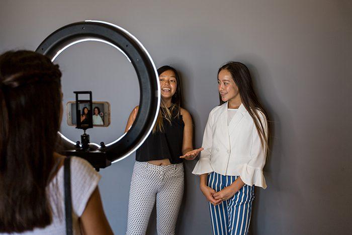 Dos modelos femeninas que se fotografían en una instalación de estudio en casa de fotógrafos independientes - guía de precios de fotografía
