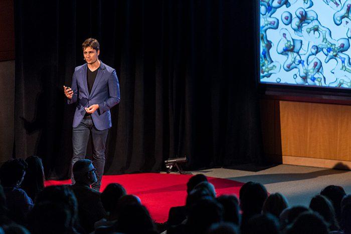Un orador público en el escenario: cómo ganar dinero con la fotografía