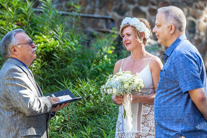 Un retrato de boda de una pareja casada al aire libre - guía de precios de fotografía