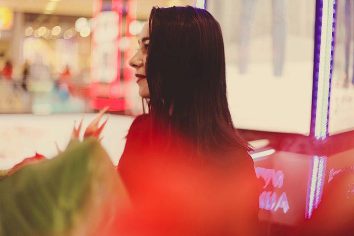 Foto torcido colorido de una muchacha cabelluda oscura.  Consejos para fotógrafos de retratos.