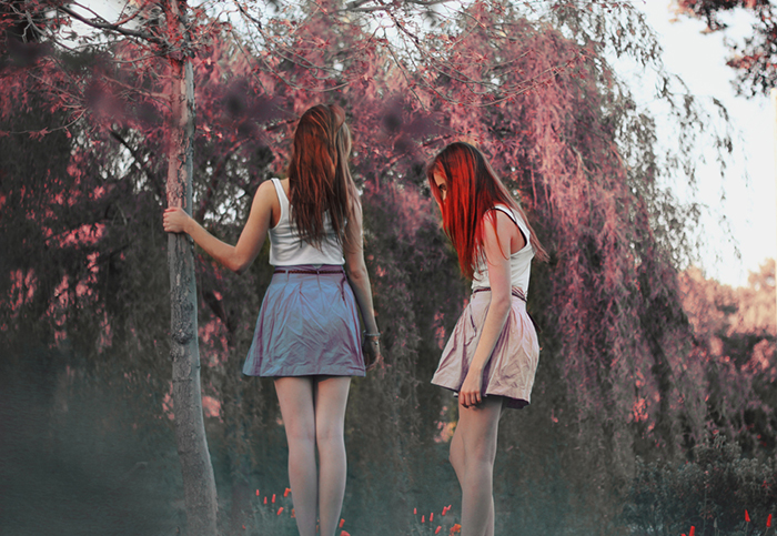 foto soñador de dos muchachas con un fondo borroso del bosque.