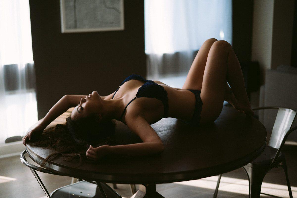 Chicas completamente desnudas en posiciones sexuales