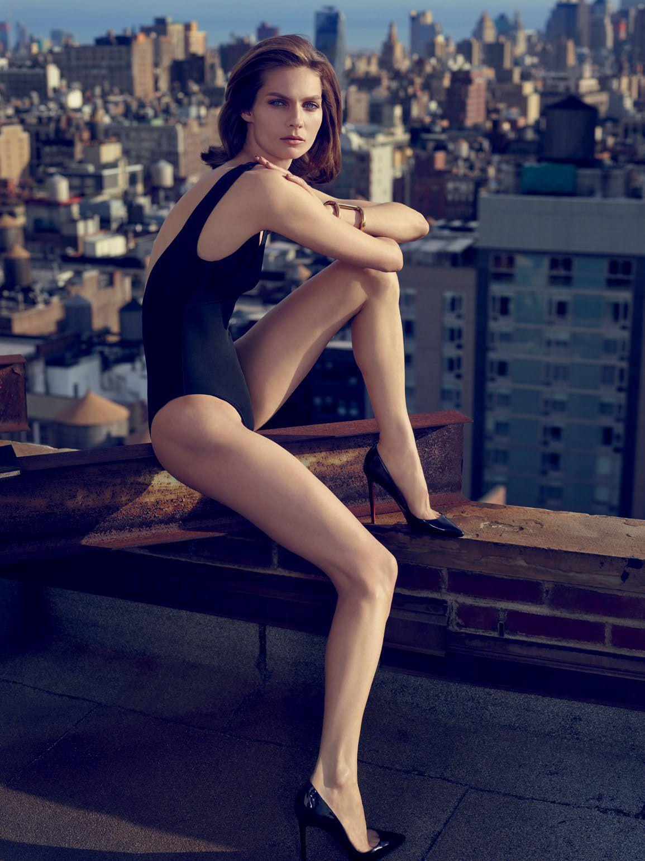 modelo posa para fotografía de moda