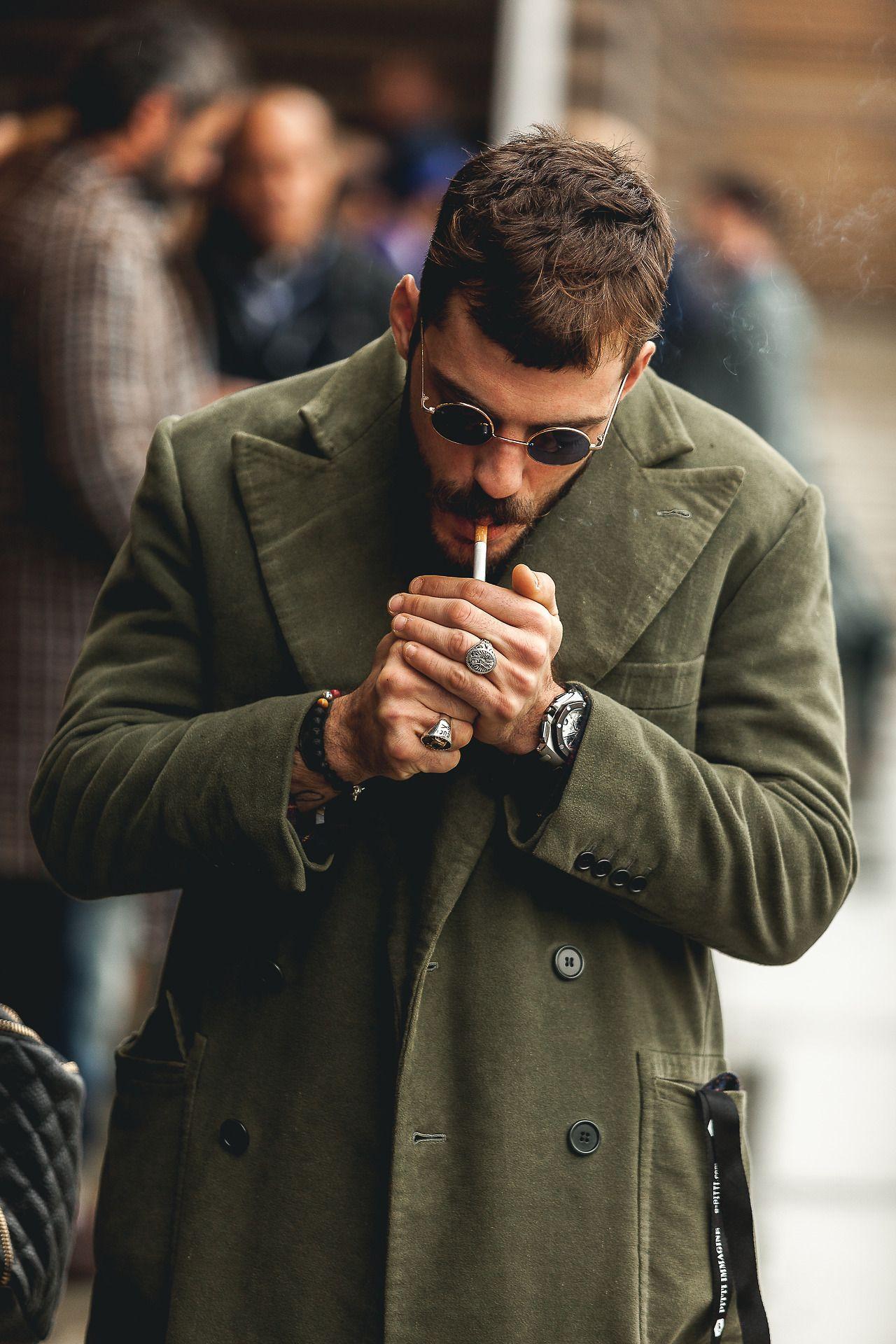 Pose masculina de pie con cigarrillos
