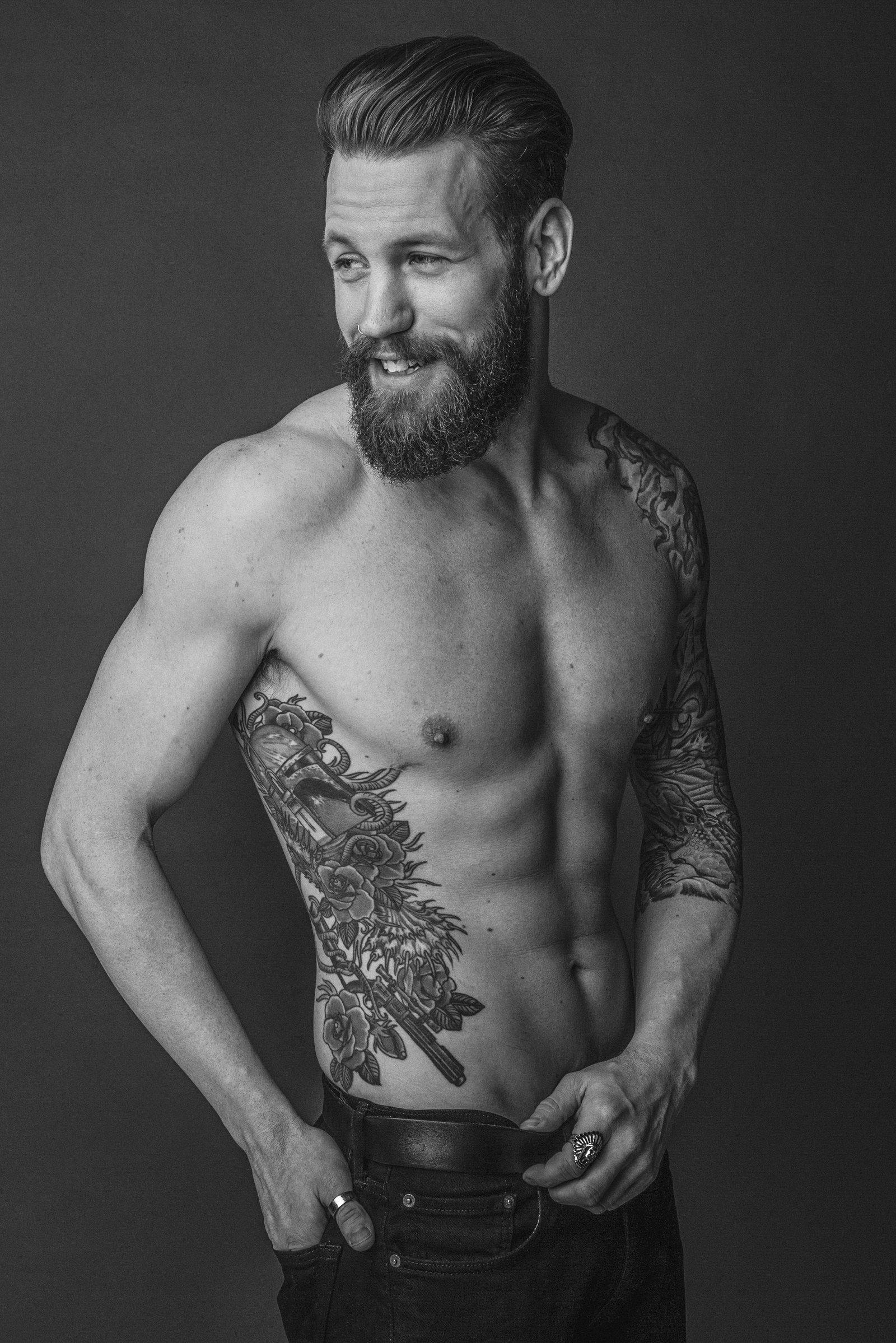 Pose masculina con tatuaje