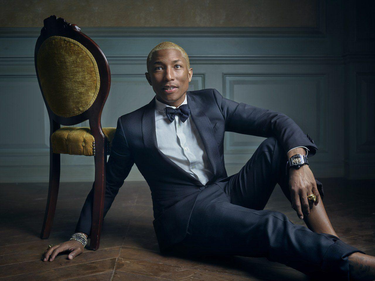 Modelo masculino sentado poses