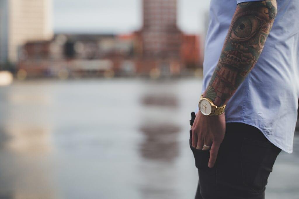 Una foto de la mano de un hombre con tatuajes.
