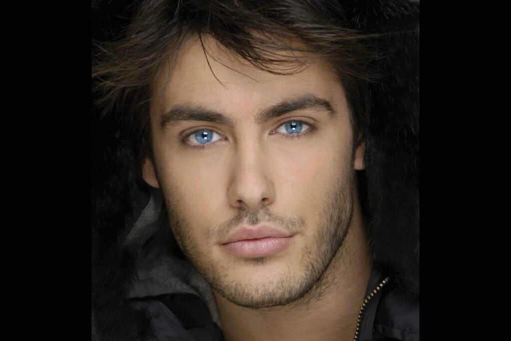 Una posiciones masculinas donde el modelo masculino está mirando directamente a la cámara.  La cara completa y parte del cuello es visible