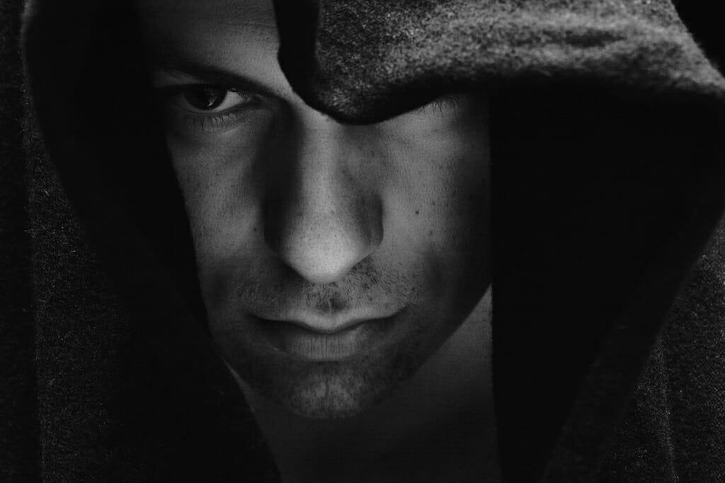 Un modelo masculino con una nariz grande posando para una sesión