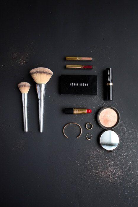 Fotografía de productos Flatlay businesst shot de cosméticos sobre un fondo oscuro
