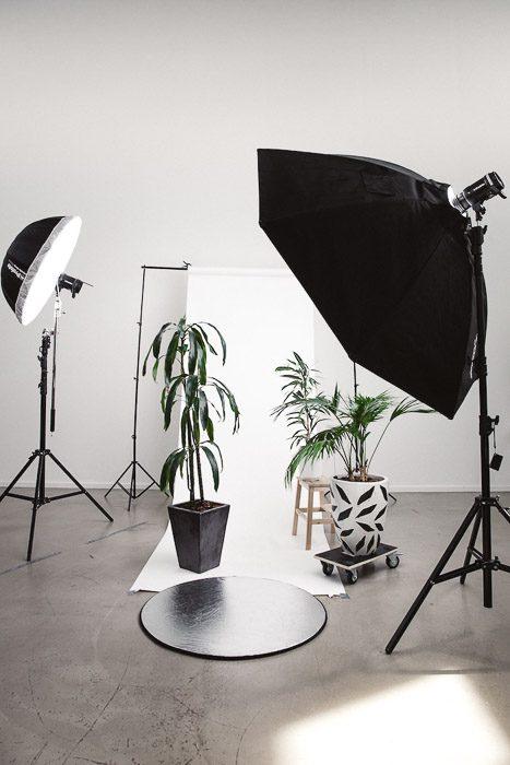 Configuración de iluminación de estudio para una sesión comercial de fotografía de productos