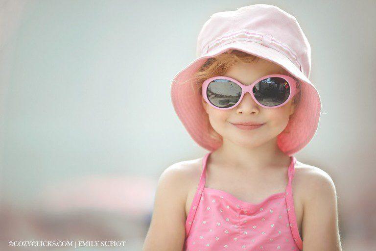 """I heart enfrenta la entrada al desafío para el concurso de fotografía de abril """"pastel. Niña con gafas de sol en la piscina"""