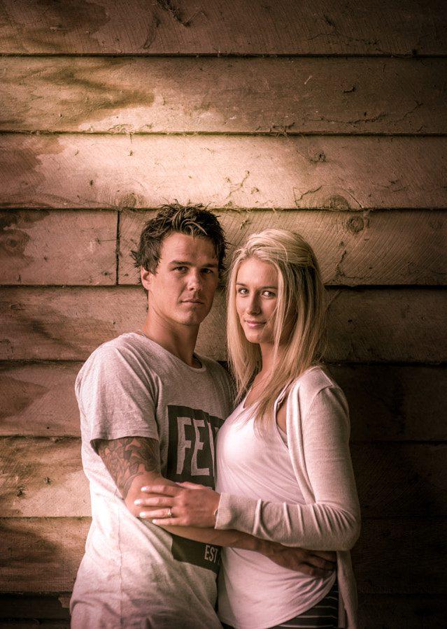 Ideas de poses en pareja - romántico Abrazar y mirar a la cámara